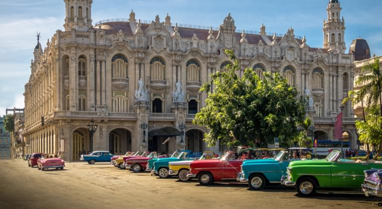Oldtimer vor dem Theater in Havanna