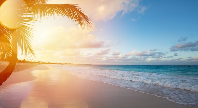 Sonnenuntergang am Strand der Bahamas