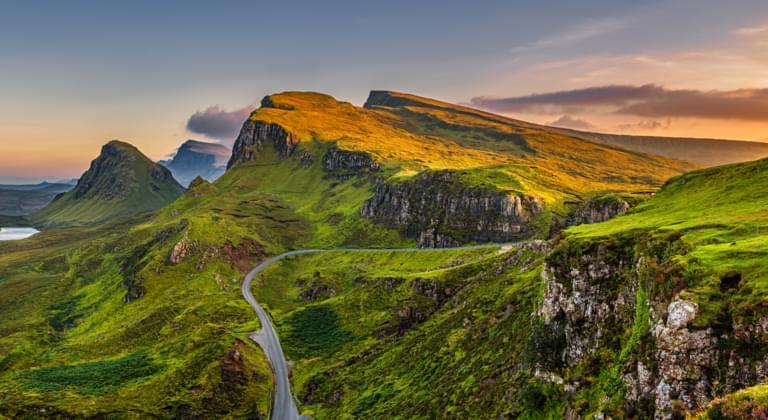 Panorama der Quiraing-Berge bei Sonnenuntergang im Schottischen Hochland, Großbritannien